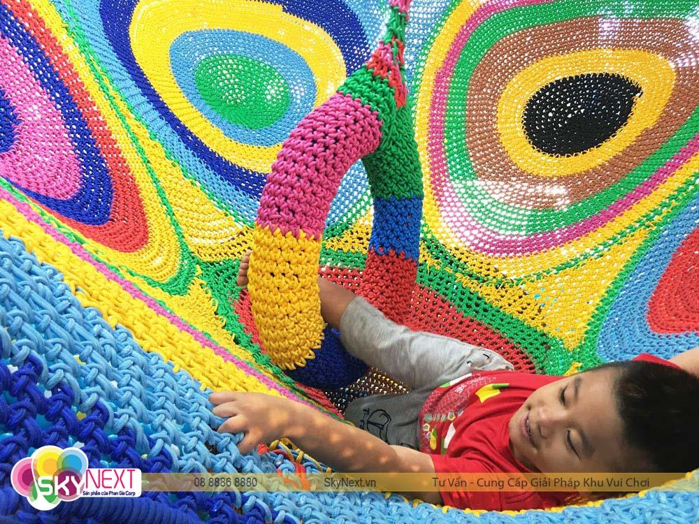 Trẻ em yêu khu vui chơi đan dây