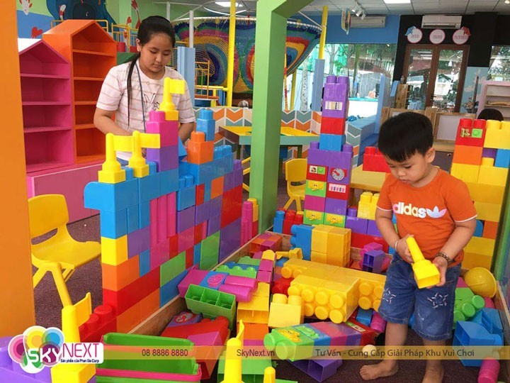 bé chơi Block Lego nhựa