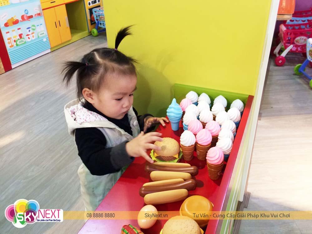 bé chơi đồ chơi siêu thị tại Sapa