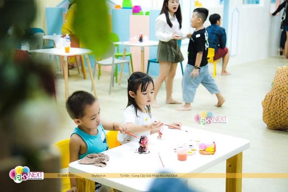 Bé chơi tô tượng trong khu vui chơi trẻ em Happy Town Phan Thiết