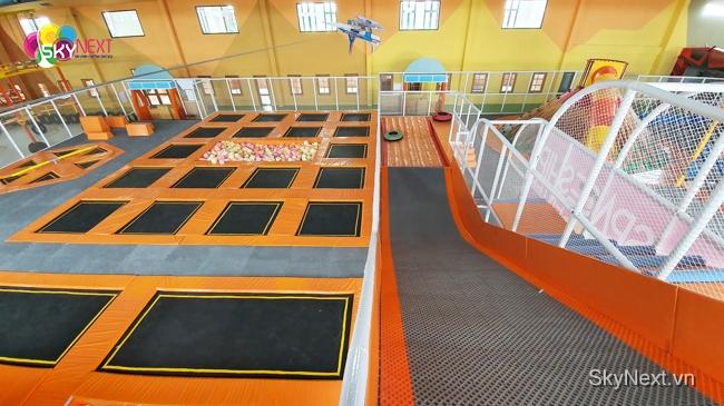 Đường trượt phao mạo hiểm cạnh khu sàn nhún trampoline