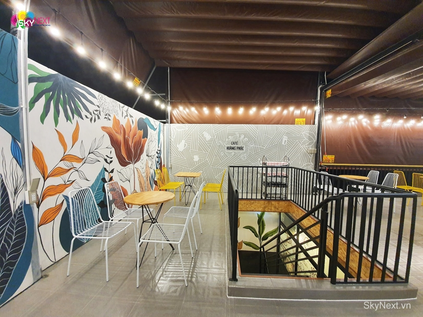 Bàn cà phê đặt dọc hành lang trên sân thượng