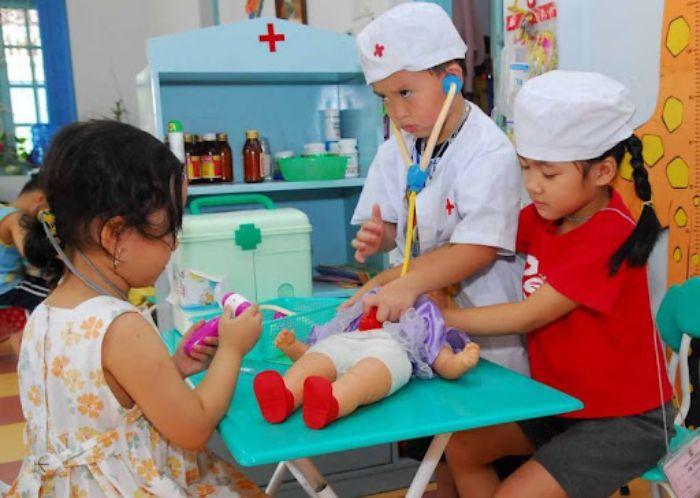 Các cô cậu bác sĩ nhỏ đang thăm khám cho bệnh nhân