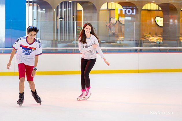 Sân trượt băng thu hút giới trẻ